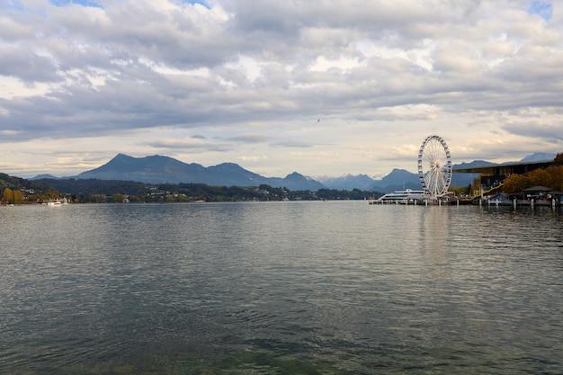 風景とルツェルンホイールのビューは、ルツェルン、スイスの川の近くのランドマークです。