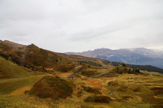 秋の自然とスイスの環境の風景山の眺め