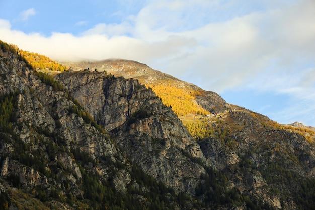 インターラーケン、スイスの秋の自然と環境の風景山の眺め