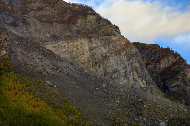 秋の自然とスイスの環境で岩山のシルデダウン