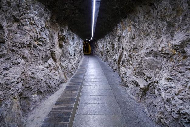 洞窟の中の石の道