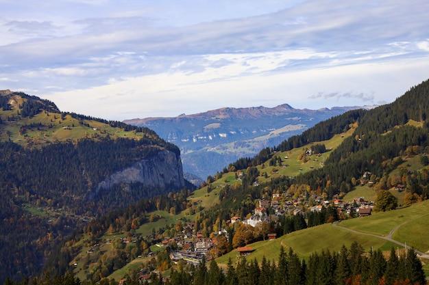 丘のユングフラウ山を電車からスイスの自然と環境の田舎の村の眺め