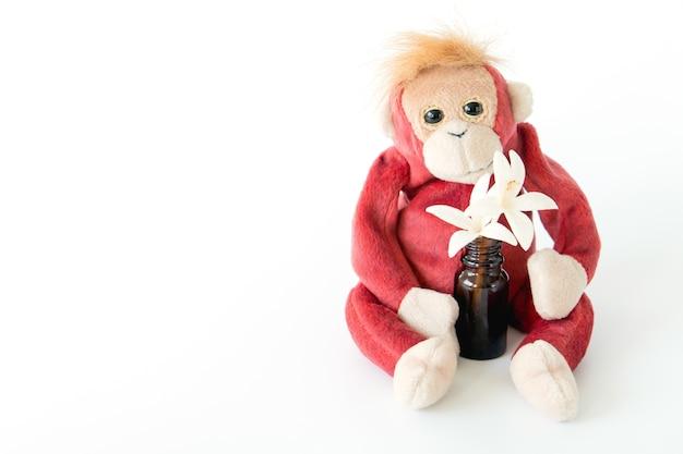 Счастливый обезьяна с цветами на белом фоне. счастливое животное, расслабляющее и наслаждающееся