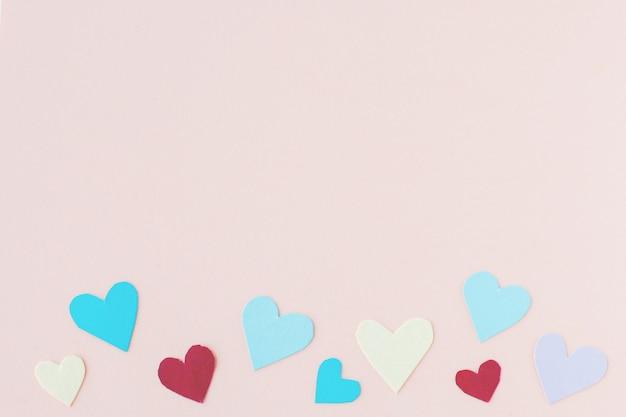 クリエイティブペーパー紙の背景に赤い心、バレンタインの愛。