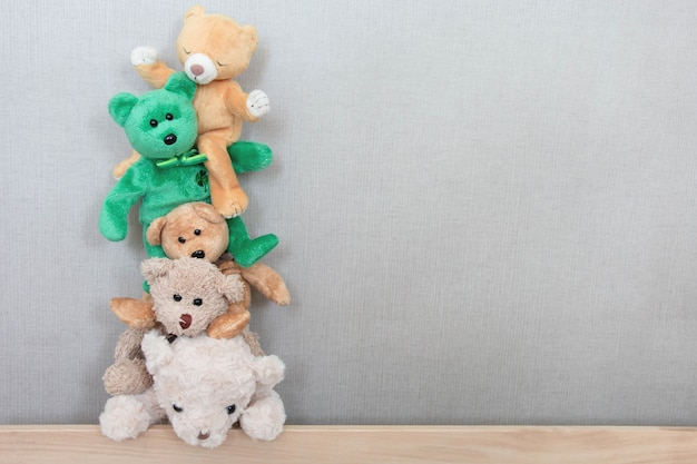 Медведи тедди играют в ряд со счастливым чувством