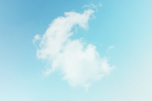 青い空を背景に柔らかい雲
