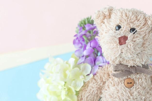 パステルカラーの花とかわいいテディベア、バレンタインの日はあなたの愛です。