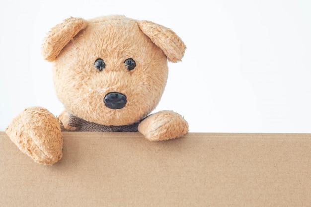 Плюшевый мишка с коричневой бумагой