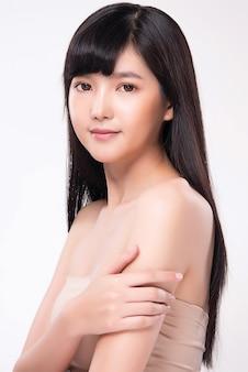 清潔でさわやかな肌を持つ美しい若いアジア女性。
