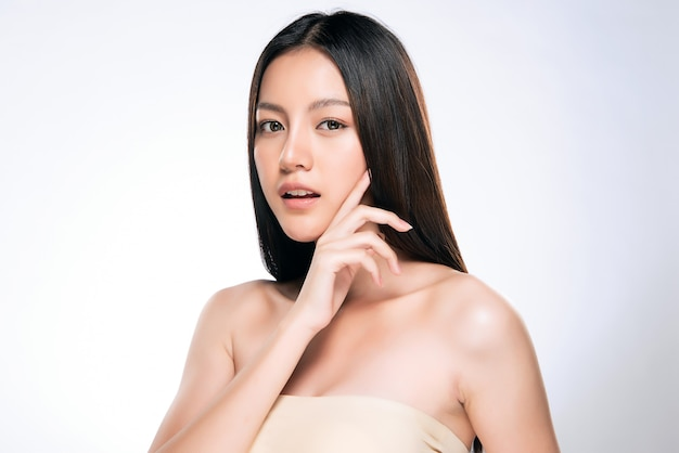 清潔でさわやかな肌を持つ美しい若いアジア女性、