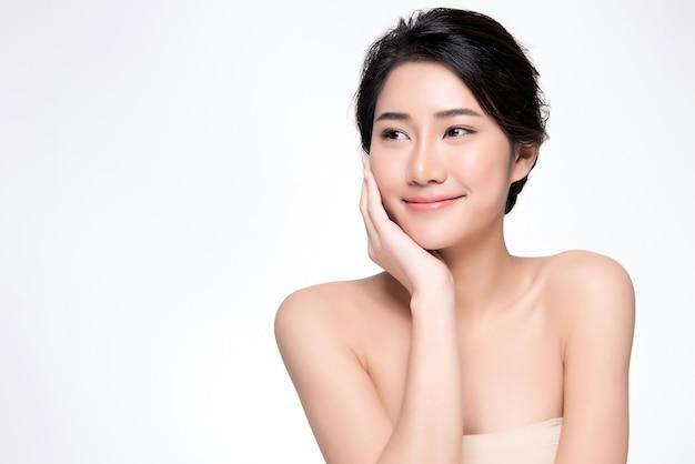 Красивая молодая азиатская женщина с чистой свежей кожей,