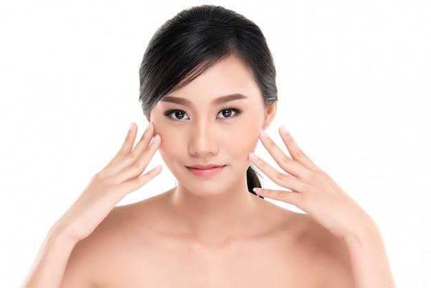 清潔で新鮮な肌と美しい若いアジア女性