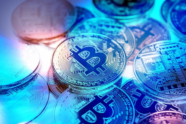 Биткойн золотая монета. концепция криптовалюты