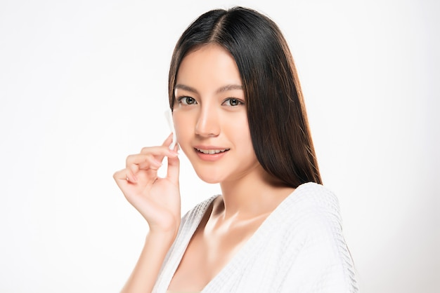 綿パッドの女性の顔の除去メイク健康なきれいな肌の美しさ、