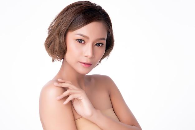 Красивая молодая азиатская рука женщины касаясь плечу