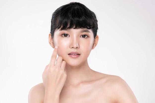 Молодая азиатская женщина с чистой и свежей кожей
