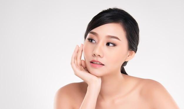 Красивая молодая женщина азии с чистой свежей кожей