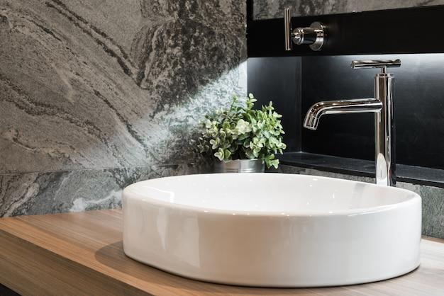 Интерьер ванной комнаты с раковиной и краном
