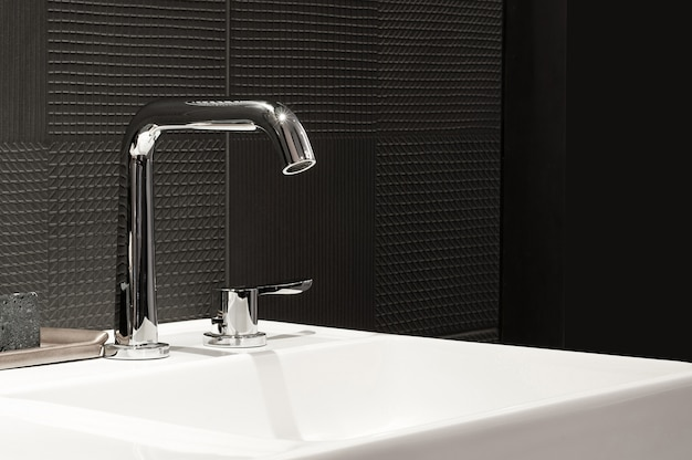 流しと蛇口、浴室のモダンなデザインのバスルームのインテリア、