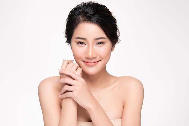 清潔でさわやかな肌を持つ美しい若いアジア女性。顔のケア、フェイシャルトリートメント、美容と化粧品のコンセプト。