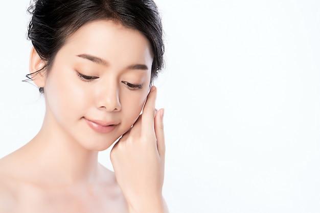 Концепция кожи красивой молодой азиатской женщины портрета чистая свежая чуть-чуть. азиатская девушка красоты по уходу за лицом и здоровьем, уход за лицом, идеальная кожа, натуральный макияж, два