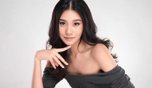 美しい若いアジアの女性きれいなフレッシュなスキン