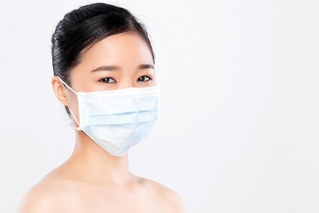 分離した顔のマスクを着ている若い女性の肖像画。インフルエンザの流行、粉塵アレルギー、ウイルスに対する保護。都市大気汚染の概念