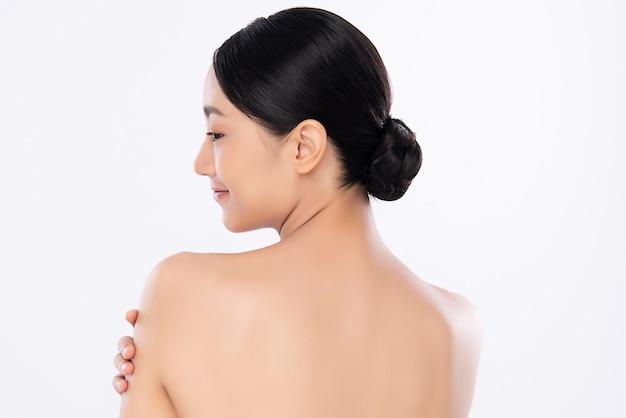 清潔でさわやかな肌を持つ美しい若いアジア女性。フェイスケア、フェイシャルトリートメント、美容
