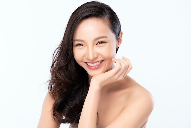Красивая молодая азиатская женщина с чистой свежей кожей. уход за лицом, уход за лицом, косметология, концепция красоты и здоровой кожи и косметики, красота женской кожи на белой стене