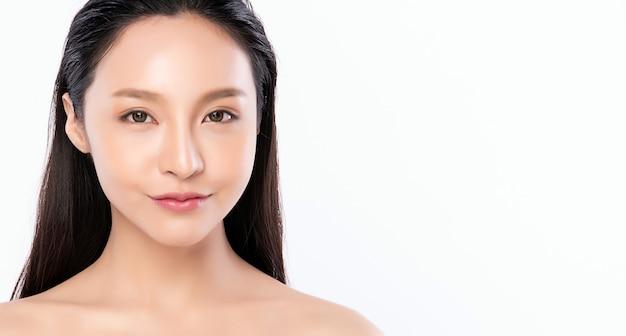 Красивая молодая азиатская женщина с чистой свежей кожей. уход за лицом, уход за лицом, косметология, красота и концепция здоровой кожи и косметики, красота женской кожи, изолированная на белой стене