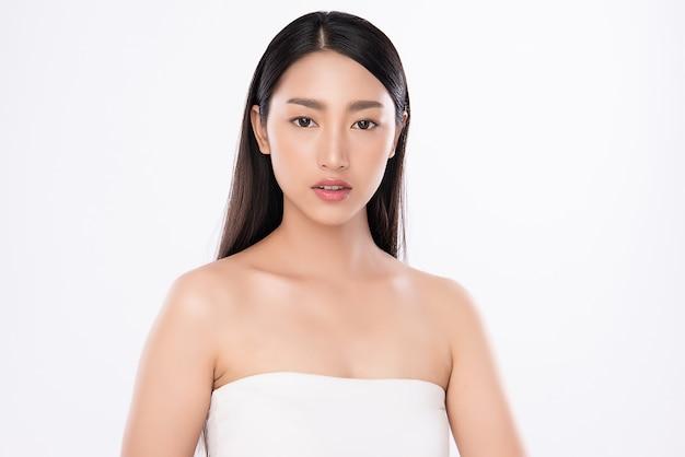 Портрет женщины красоты, красивая молодая азиатская женщина с чистой свежей здоровой кожей, уход за лицом. косметология, красота и спа, изолированные.
