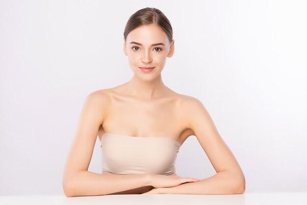 美容女性の顔の肖像画、清潔で新鮮な健康的な皮膚、フェイシャルトリートメントと美しい若い女性。美容、美容、スパ、絶縁。