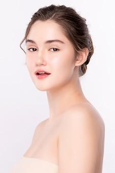 Красота женский портрет лица, красивая молодая женщина с чистой свежей здоровой кожей, уход за лицом. косметология, красота и спа, изолированные.