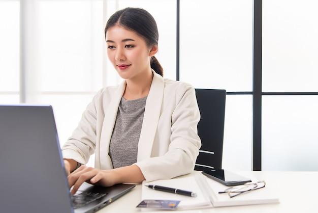 Работающая женщина, работающая из дома