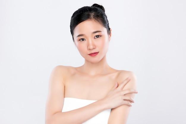 Улыбающаяся азиатская женщина со свежей светящейся кожей лица