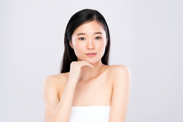 新鮮な輝く顔の皮膚を持つアジアの女性の笑顔