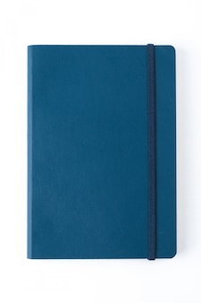 Синий кожаный ноутбук, изолированных на белом фоне