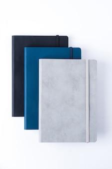 Кожаные ноутбуки, изолированных на белом фоне