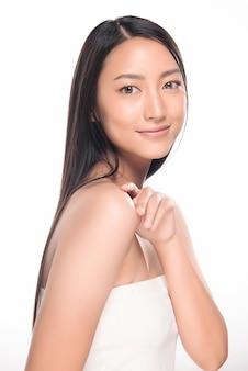 きれいな新鮮な肌を持つ美しい若い女性。