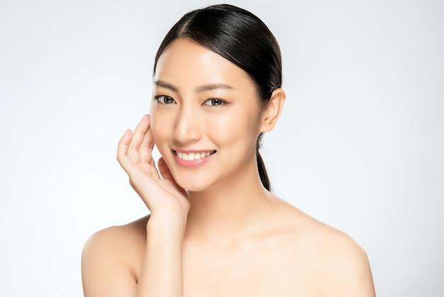 きれいな肌を持つ美しい笑顔の女性