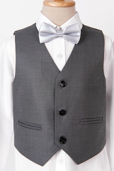 シャツと白の蝶ネクタイと美しい男性のグレーのスーツ。