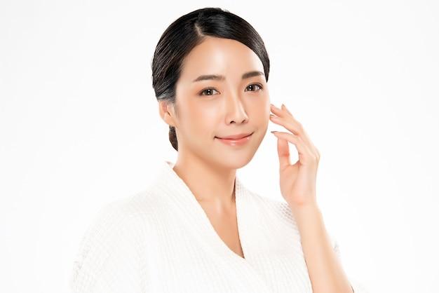 清潔でさわやかな肌を持つ美しい若いアジア女性