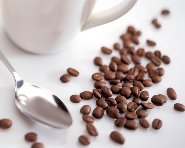 カップとスプーンのコーヒー豆