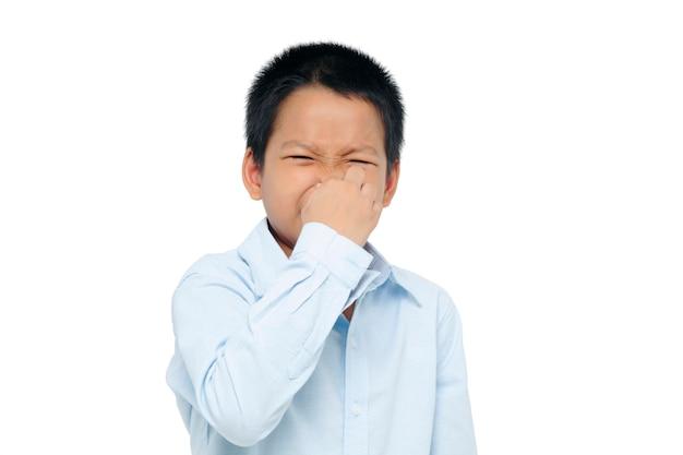 Мальчик закрывает нос