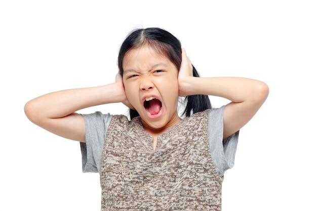 手で彼女の耳を覆うアジアの女の子。