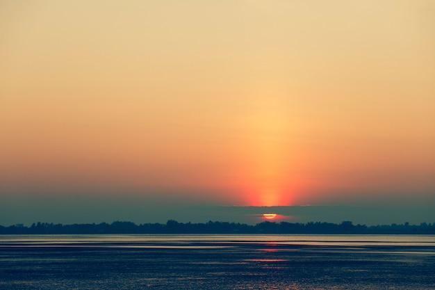 湖の上の美しい夕日。ヴィンテージの表情