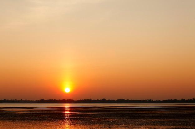 湖の上の美しい夕日