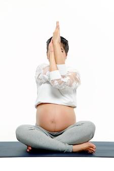 ヨガをやっている健康な妊婦