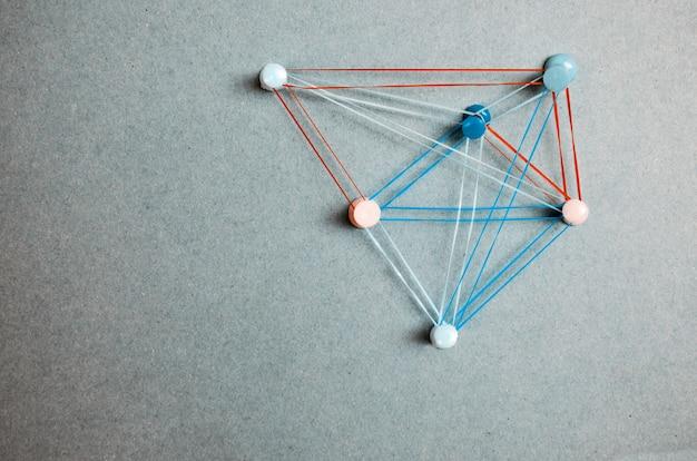 Стратегия решения тем подключения. точки, связанные красочными линиями и булавками на сером