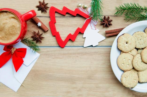 クッキーとコーヒーと冬の背景。テキストのコピースペース